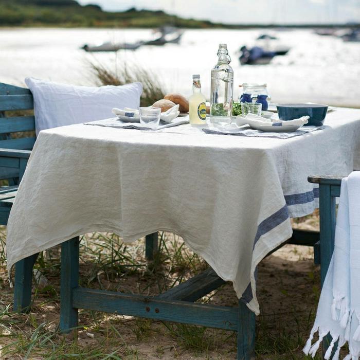 Strand-schöne-Tischdekoration-vintage-Stil-blauer-Tisch-Stühle-Geschirr-Mittagsessen-Tischdecke-naturales-Leinen