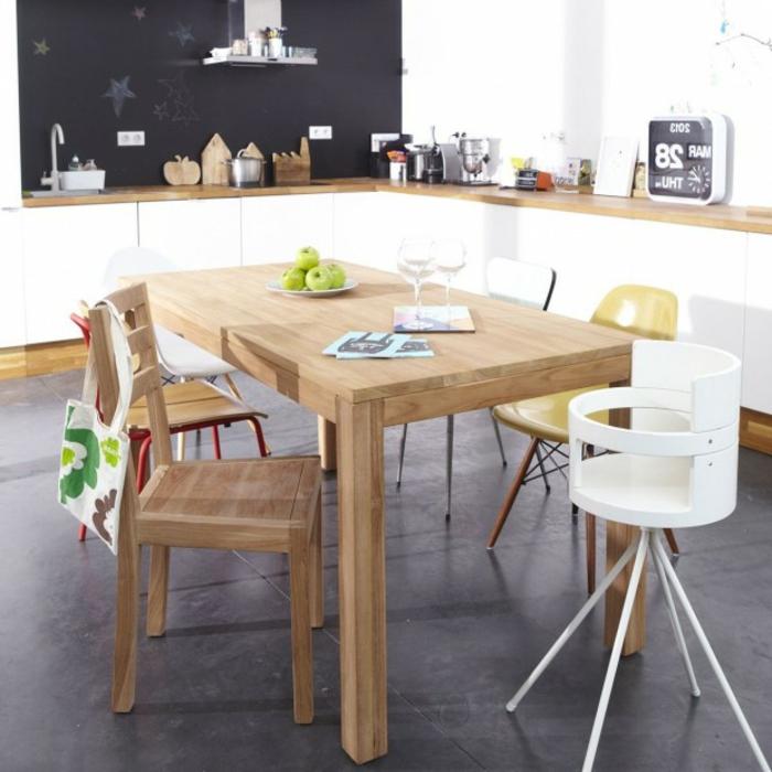 Tisch-mit-Stühlen-baby-in-der-küche