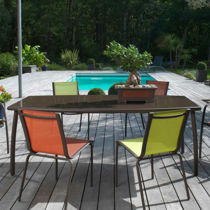 Tisch-mit-Stühlen-bunte-schwimmbad