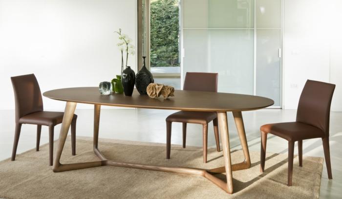 Tisch-mit-Stühlen-deko-braun-leder