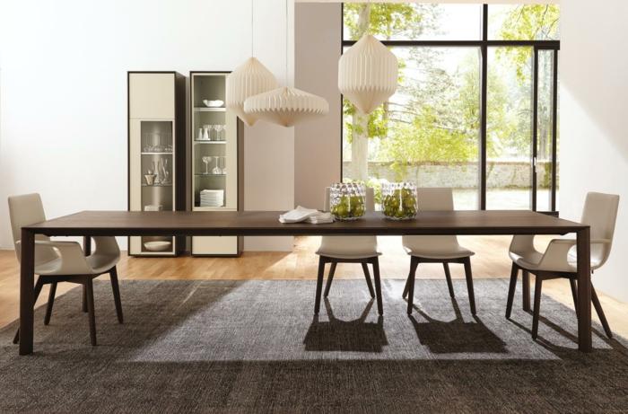 Tisch-mit-Stühlen-drei-hängelampen-extra-groß