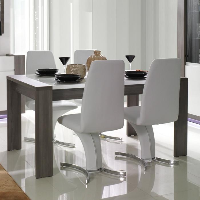 Tisch-mit-Stühlen-fliesenboden-schwarz-geschirr