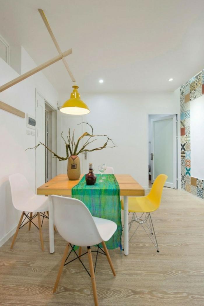 Tisch-mit-Stühlen-gelbe-hängelampe