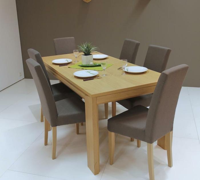 Tisch-mit-Stühlen-geschirr-grau-wand