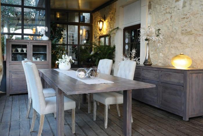 Tisch-mit-Stühlen-grau-weiß