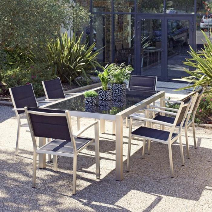 Tisch-mit-Stühlen-groß-drei-blumentöpfer