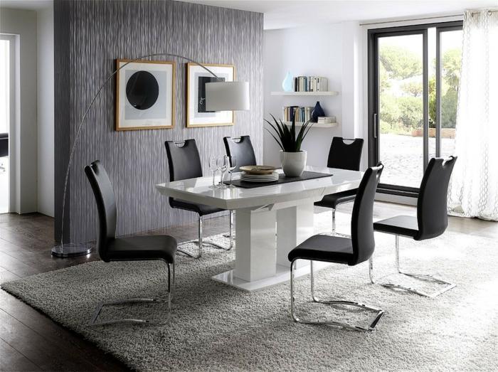 Tisch-mit-Stühlen-großer-teppich-terrasse