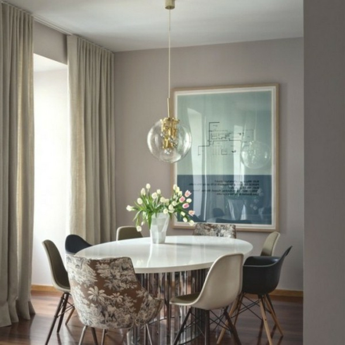 Tisch-mit-Stühlen-hängelampe-bunte-blumen