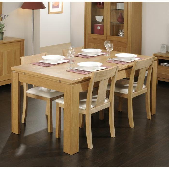 Tisch-mit-Stühlen-hell-geschirr