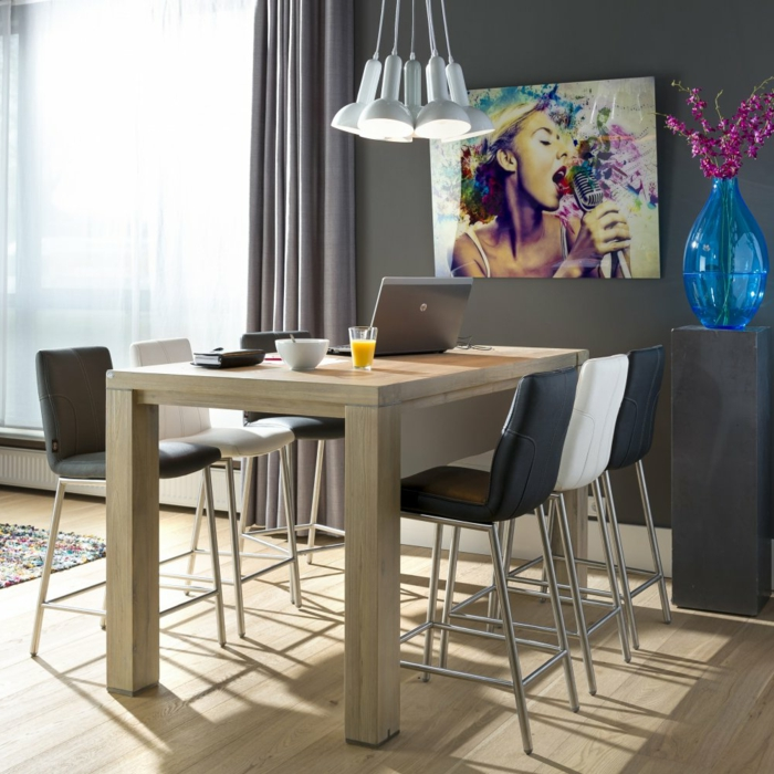 Tisch-mit-Stühlen-hoch-hell