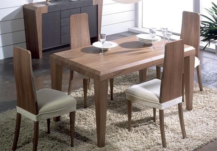 Tisch-mit-Stühlen-im-esszimmer