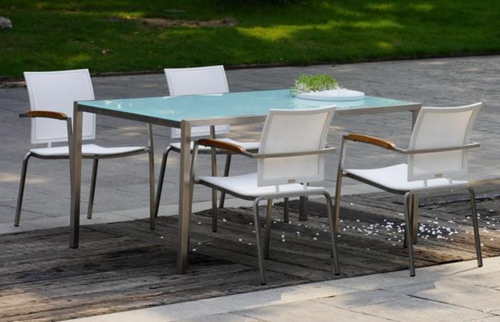 Tisch-mit-Stühlen-im-garten-weiße