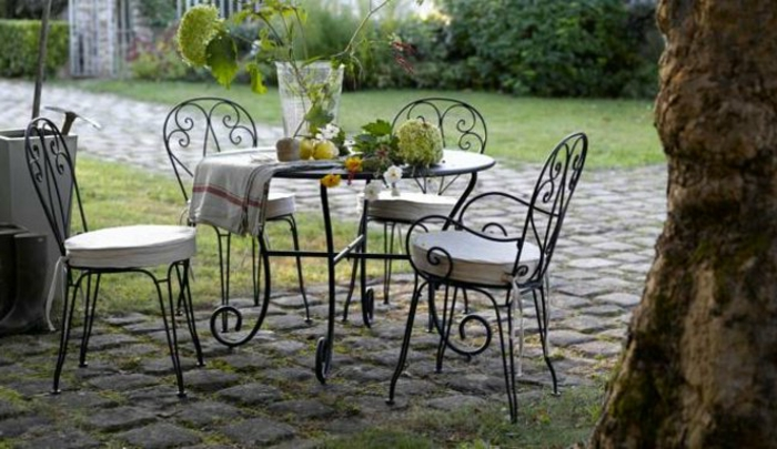 Tisch-mit-Stühlen-isern-garten