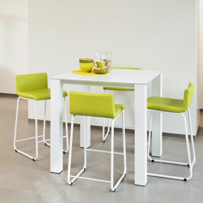 Tisch-mit-Stühlen-küche-tassen-in-grün