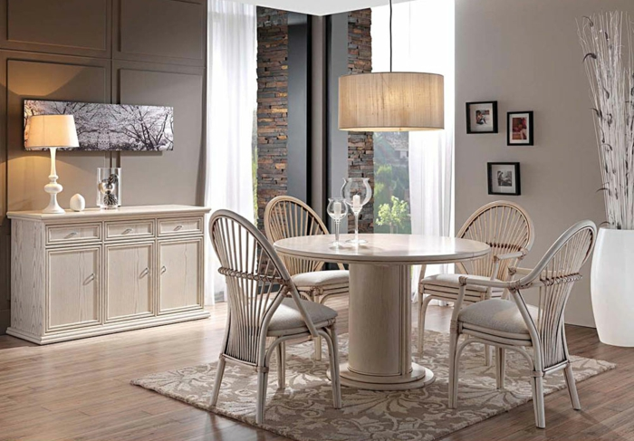 Tisch-mit-Stühlen-klassisch-blumen-deko
