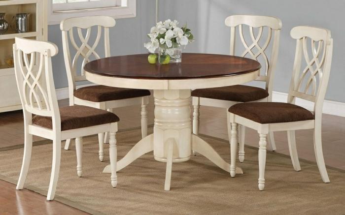 Tisch-mit-Stühlen-klassisck-dunkel-hell