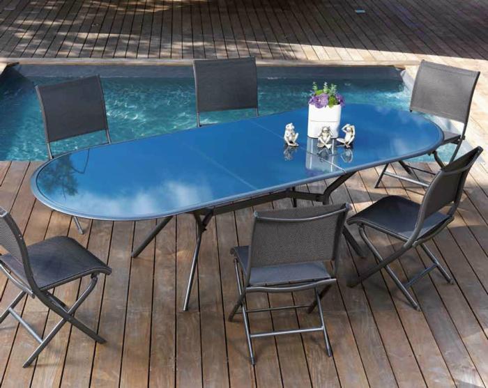 Tisch-mit-Stühlen-klein-schwimmbad