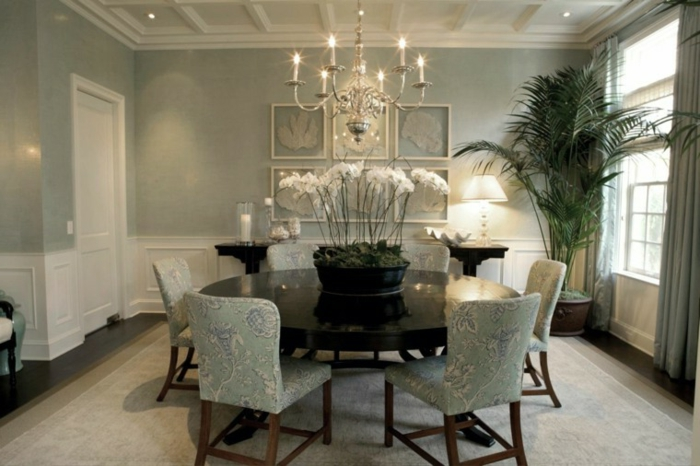 Tisch-mit-Stühlen-kronleuchter-rund-schwarz