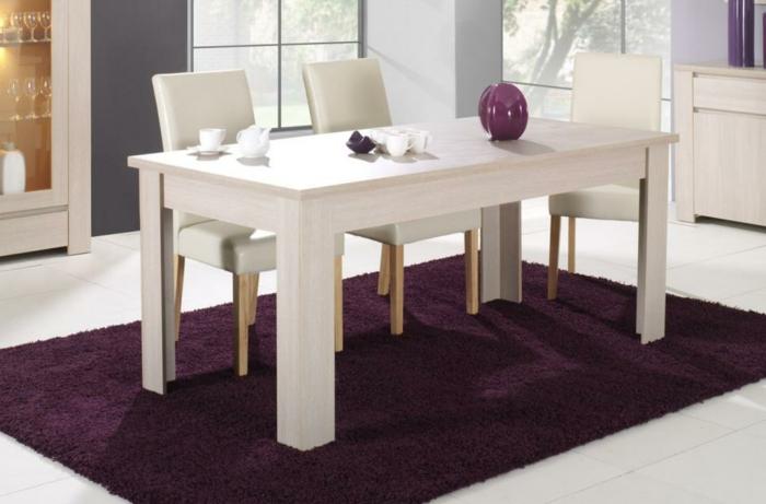 Tisch-mit-Stühlen-lila-teppich-leder-weiß
