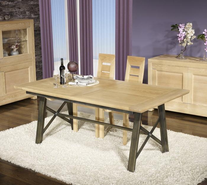 Tisch-mit-Stühlen-lila-wand