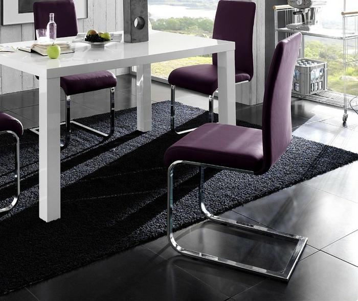 Tisch-mit-Stühlen-lila-weiß-schwarz