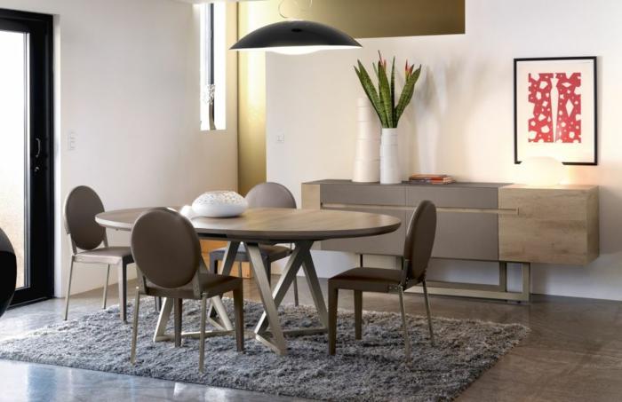 Tisch-mit-Stühlen-modern-weich-teppich