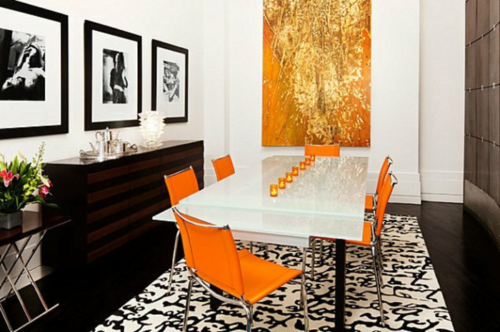 Tisch-mit-Stühlen-orange-kerzen