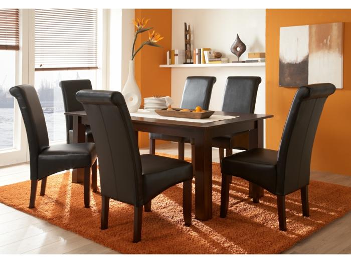 Tisch-mit-Stühlen-orange-teppich-leder