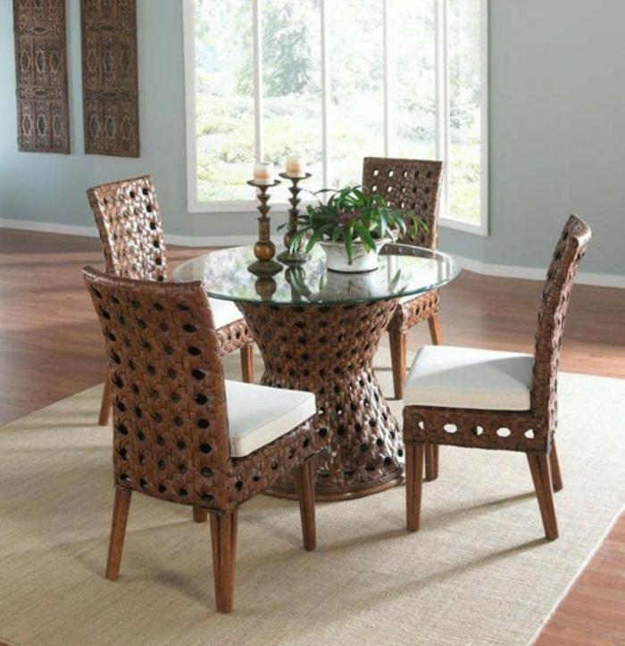 Tisch-mit-Stühlen-rattan-teppich-kerzen