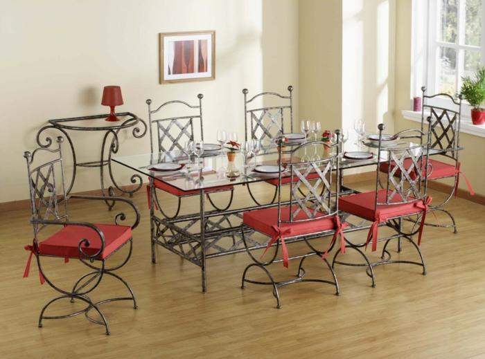 Tisch-mit-Stühlen-rote-polster-isern-und-glas