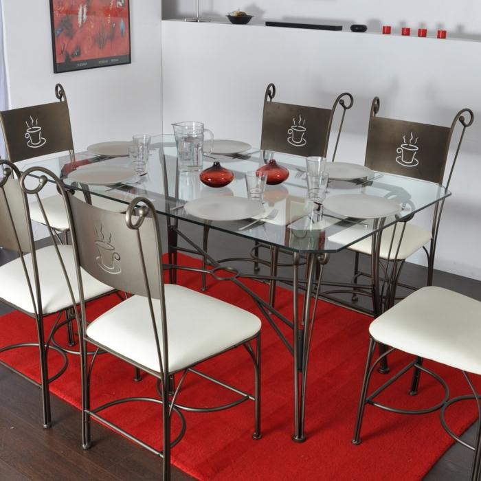 Tisch-mit-Stühlen-roter-teppich-isern