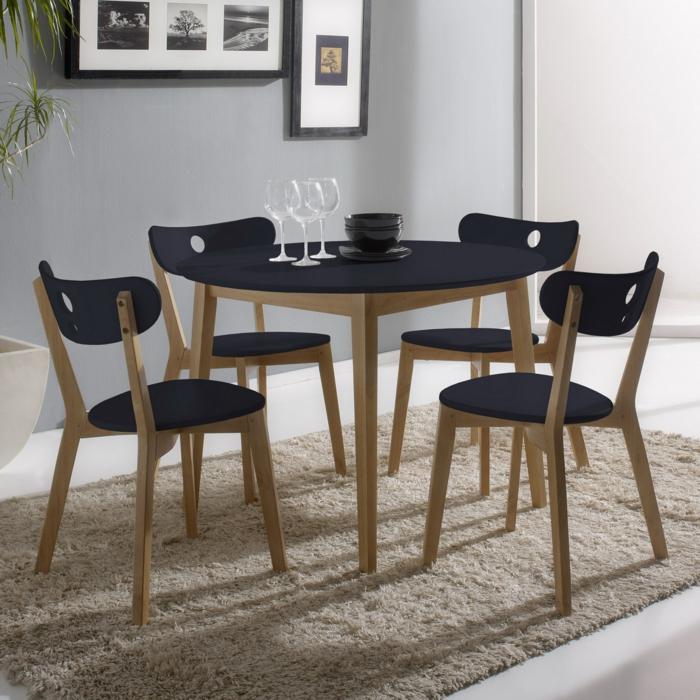 Tisch-mit-Stühlen-rund-weicher-teppich