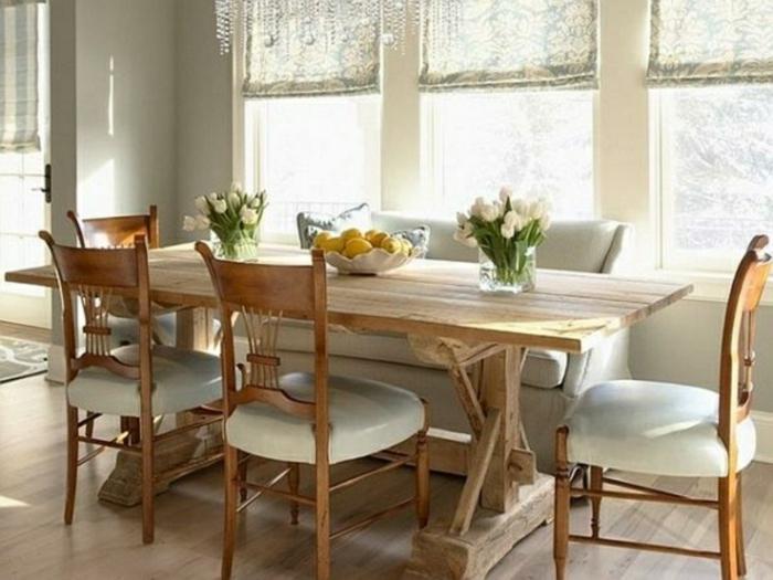 Tisch-mit-Stühlen-rustikal-fenster