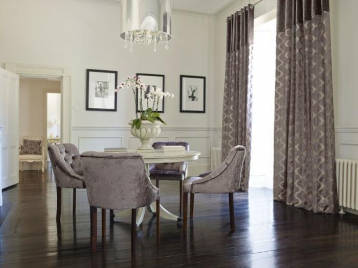 Tisch-mit-Stühlen-satin-gardinen