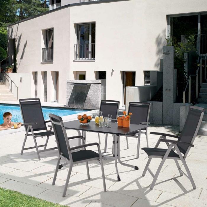 Tisch-mit-Stühlen-schwimmbad-deko