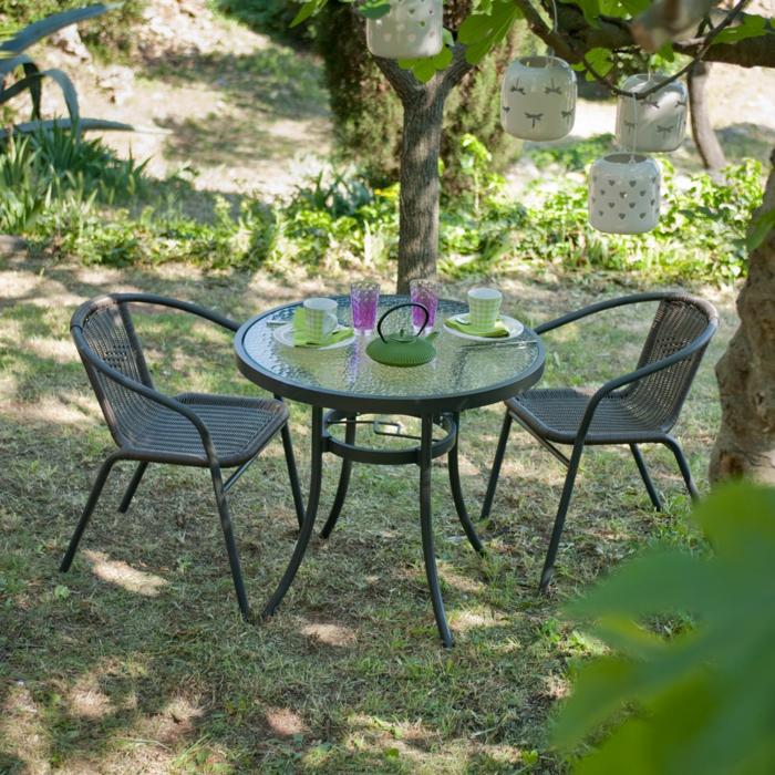 Tisch-mit-Stühlen-tee-set-im-garten