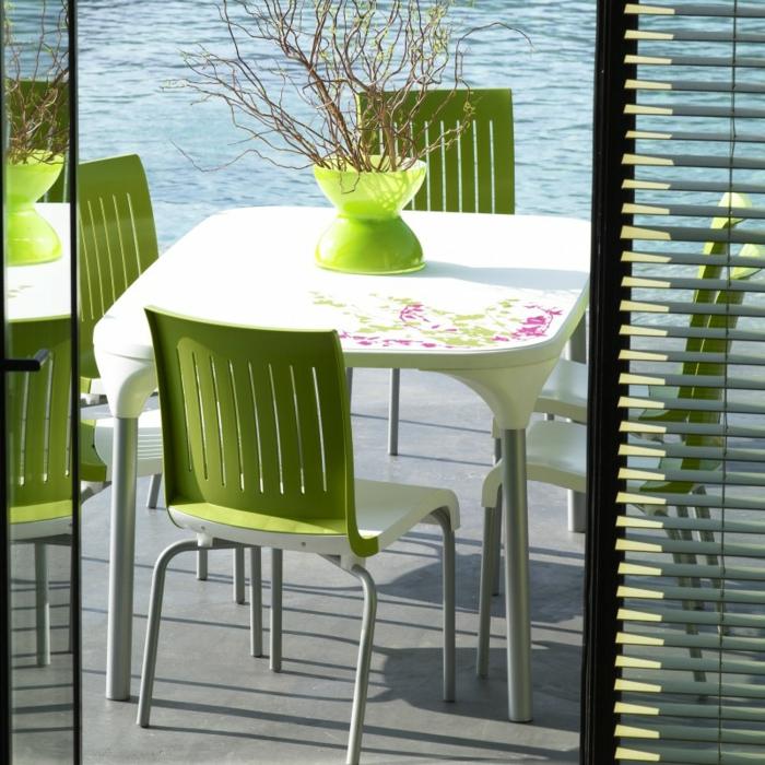 Tisch-mit-Stühlen-terrasse-grün-meer