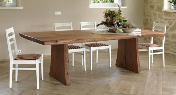 Tisch-mit-Stühlen-traditionell-sehr-groß