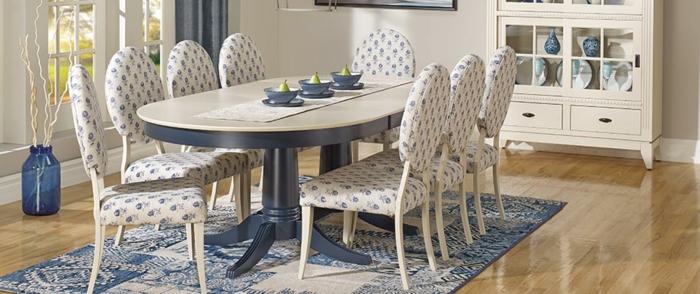 Tisch-mit-Stühlen-vintage-teppich-blau