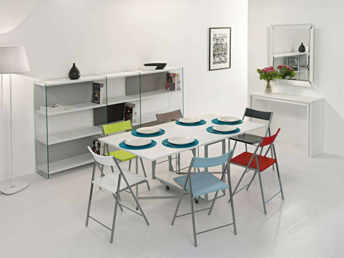 Tisch-mit-Stühlen-weiße-esszimmer