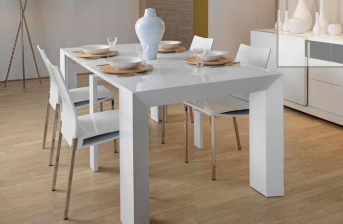 Tisch-mit-Stühlen-weiße-vase