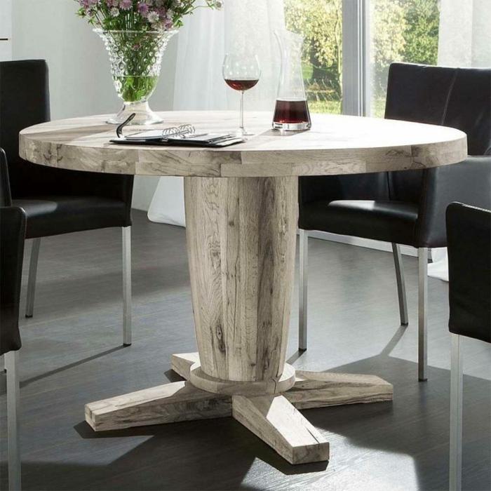 Tisch-mit-Stühlen-wein-und-blumen