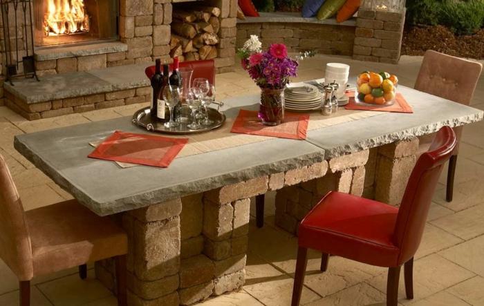 Tisch-mit-Stühlen-ziegel-kamin