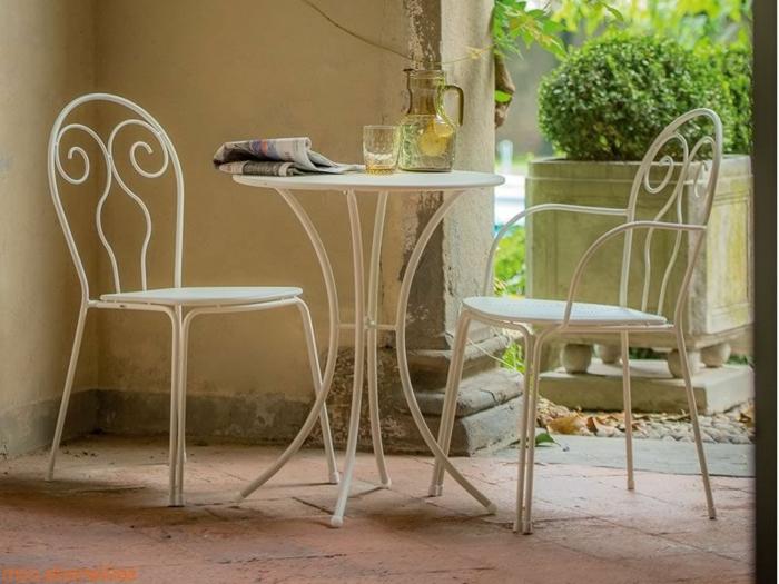 Tisch-mit-Stühlen-zwei-isern-klassik