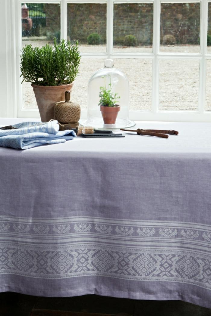 Tischdecke-Leinen-lila-Lavendel-Farbe-weiße-Dekorationselemente-Topfpflanzen