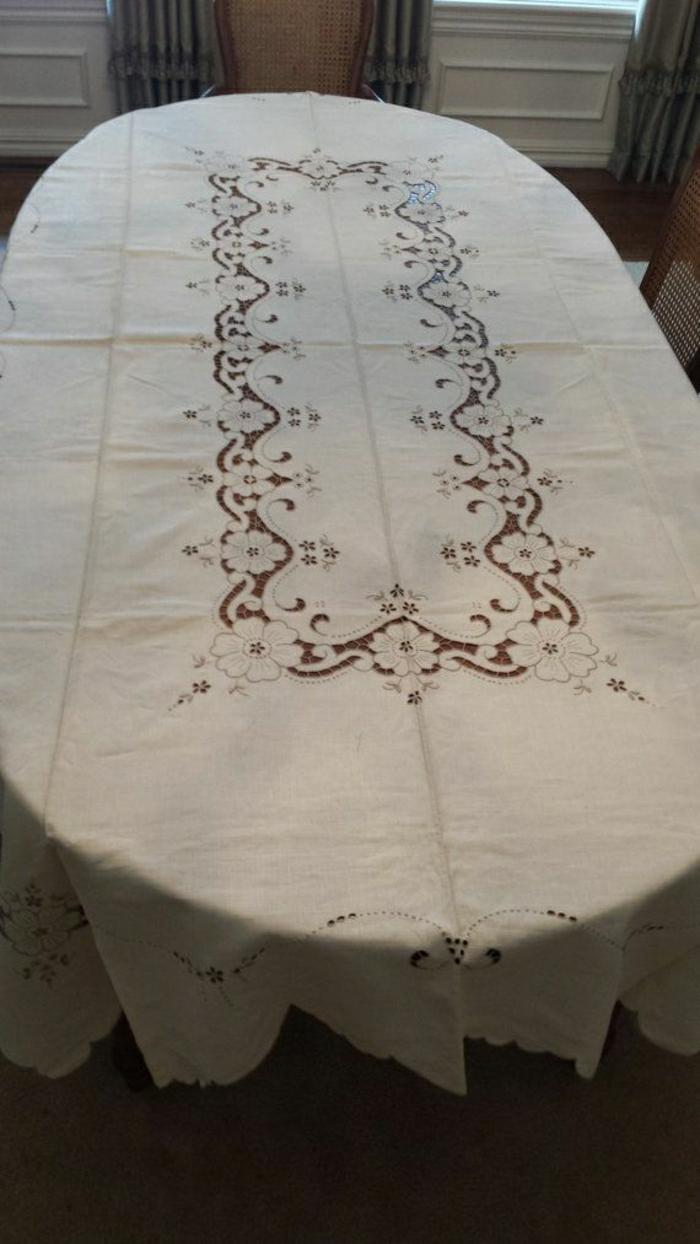 Tischdecke-aus-Leinen-Stickerei