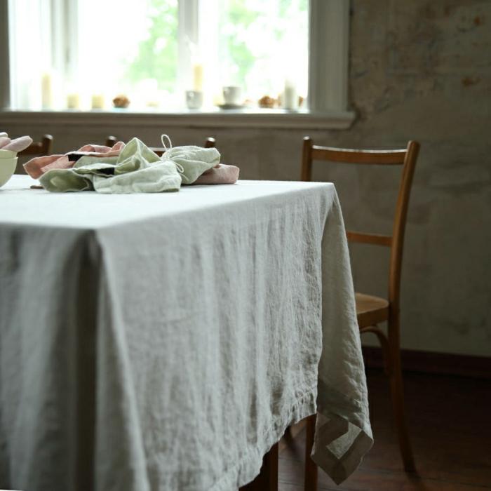 Tischdecke-naturales-Leinen-Pastellfarben-hölzerner-Stuhl