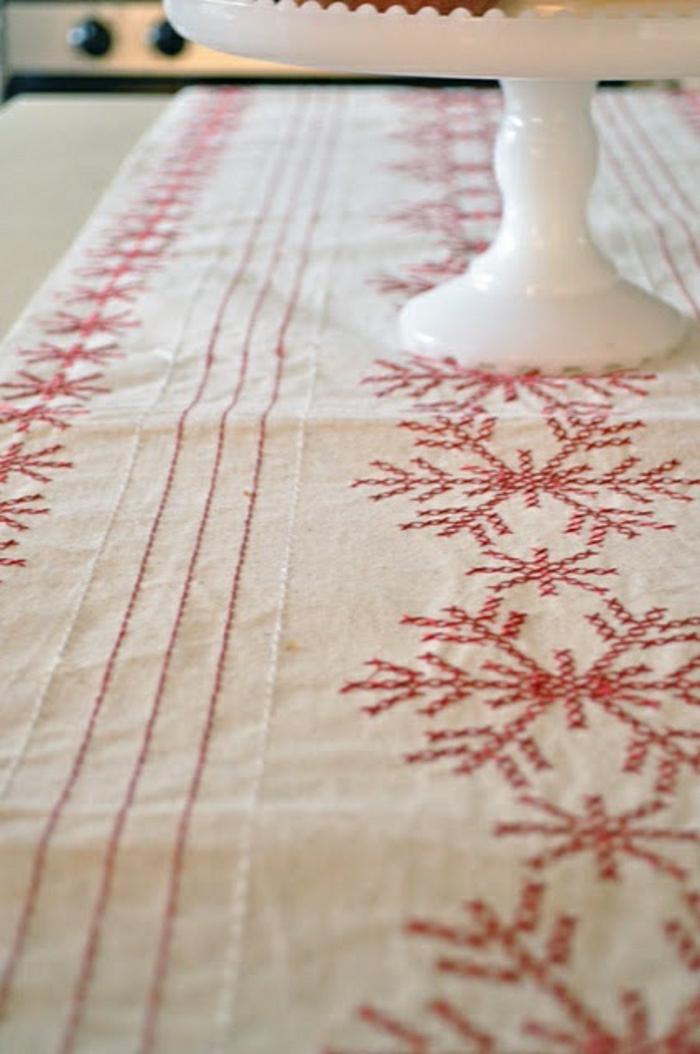 Tischdecke-naturales-Leinen-rote-Stickerei