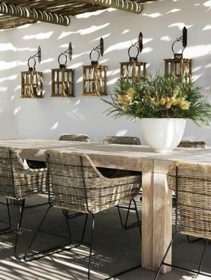 Veranda-Hof-Garten-Gestaltung-rustikal-Rattan-Stühle-Esstisch-Massivholz-Tischdekoration-Blumen-Laternen