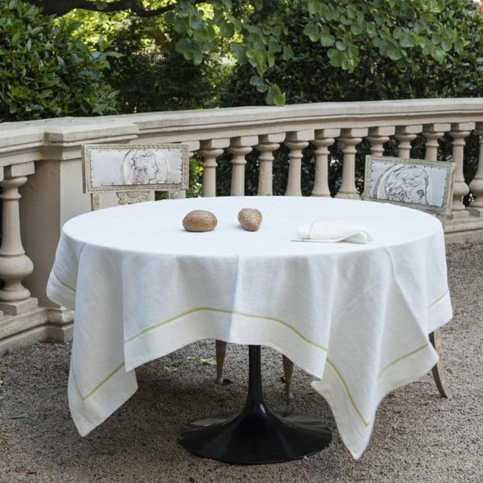 Veranda-aristokratische-Gestaltung-weiße-Tischdecke-Leinen-Brötchen